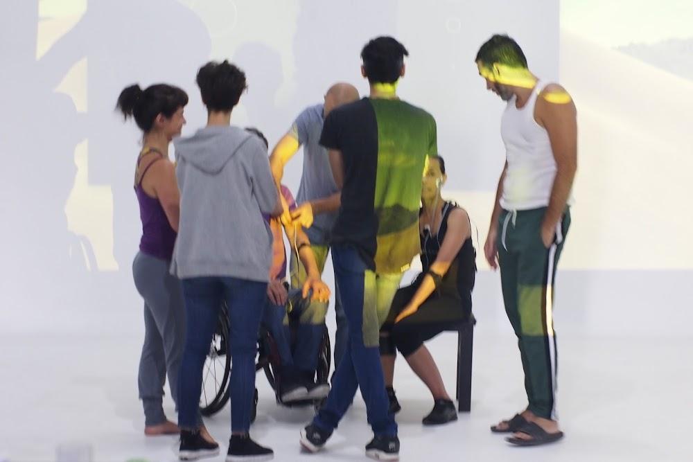 Un grupo de personas rodeando a dos actores luego de una performance.